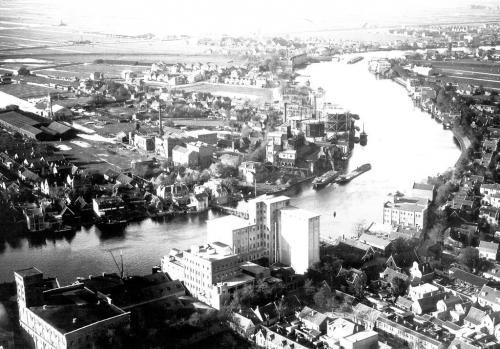 De Hoopbrug over de Zaan en de gasfabriek. luchtfoto vanaf de Oostzijde